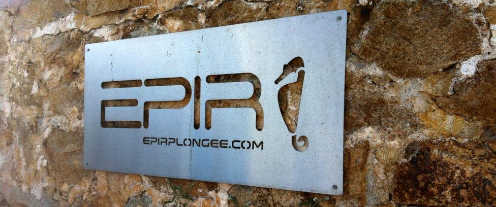 plaque représentant le logo de l'école de plongée d'Ile Rousse en balagne